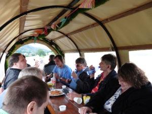 Im Planwagen_Blick nach vorn_Wir trinken und essen Brezeln_gut zu erkennen von rechts Bianca, Eberhard, Norbert, Rainer, Jens