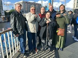 Die Gruppe nach der 2,5 stündigen Bootsfahrt auf der Spree an der Anlegerstelle Friedrichstraße/Reichstagufer. Auf dem Foto von links nach rechts sind zu sehen: Eberhard, Norbert, Jens, Bianca, Ralf, Anja und Rainer.